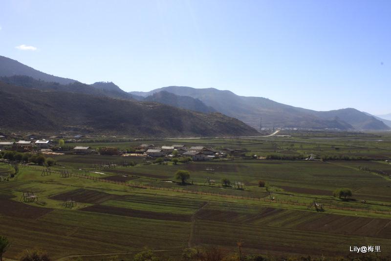 那帕海草原旁的小村庄.jpg